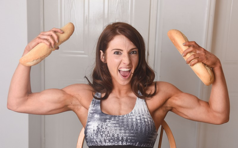 Англичанка справилась с расстройством пищевого поведения благодаря бодибилдингу