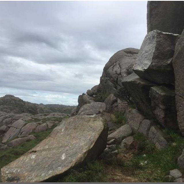 Сюр дня: в Норвегии вандалы разрушили знаменитую скалу-пенис