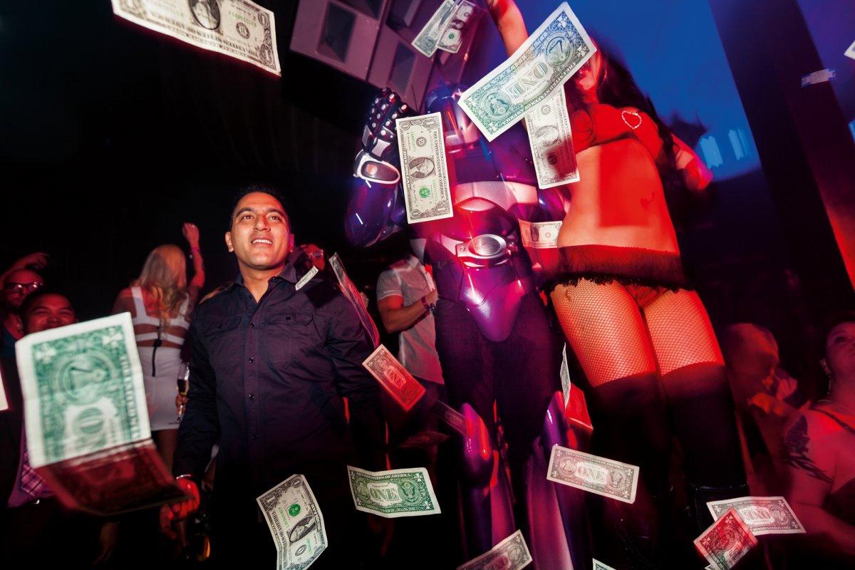 Лакшери, денежный дождь и гольф не выходя из дома: как живут богатые и знаменитые