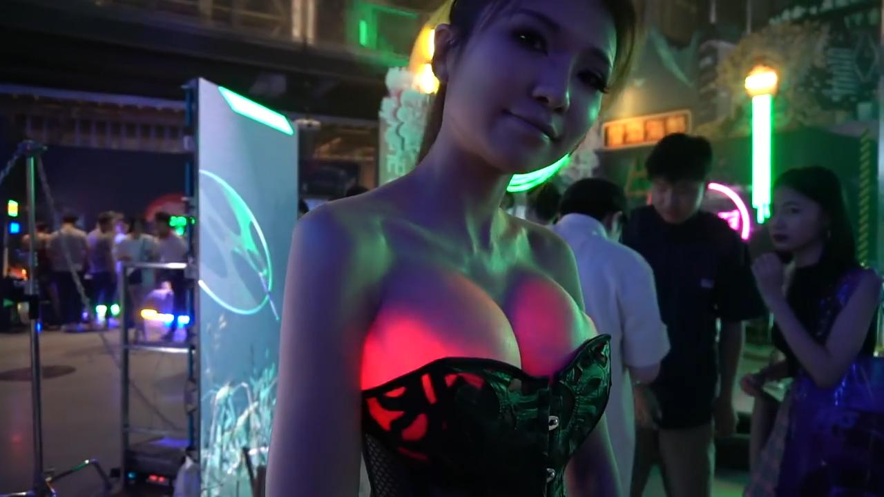 Зачем я это узнал: как выглядит силиконовая грудь при свете фонарика