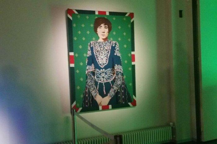 STARBOOK: Сергей Шнуров представил новые экспонаты на выставке «Ретроспектива Брендреализма»