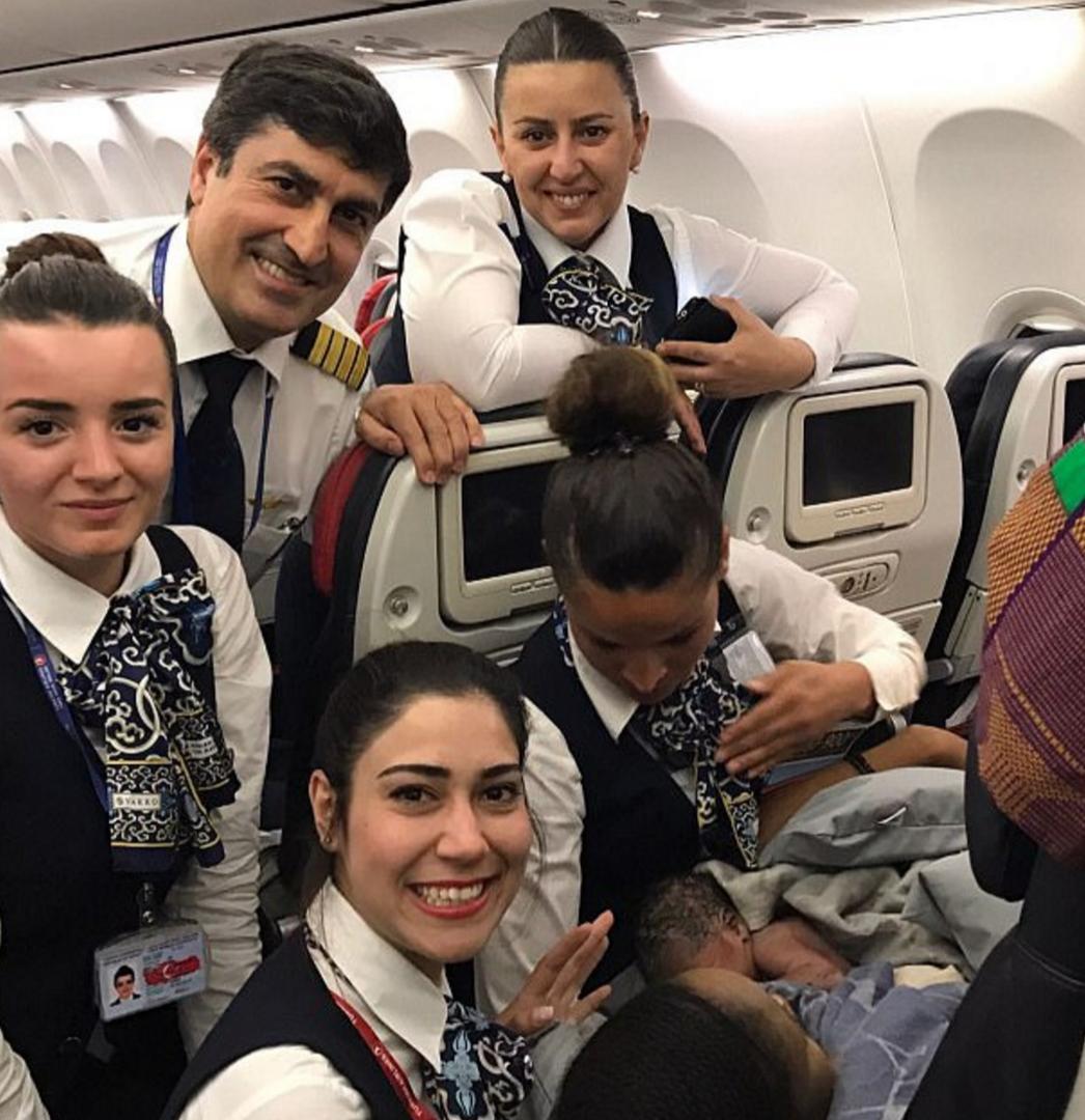 Стюардессы Турецких авиалиний приняли роды на высоте 12 800 метров